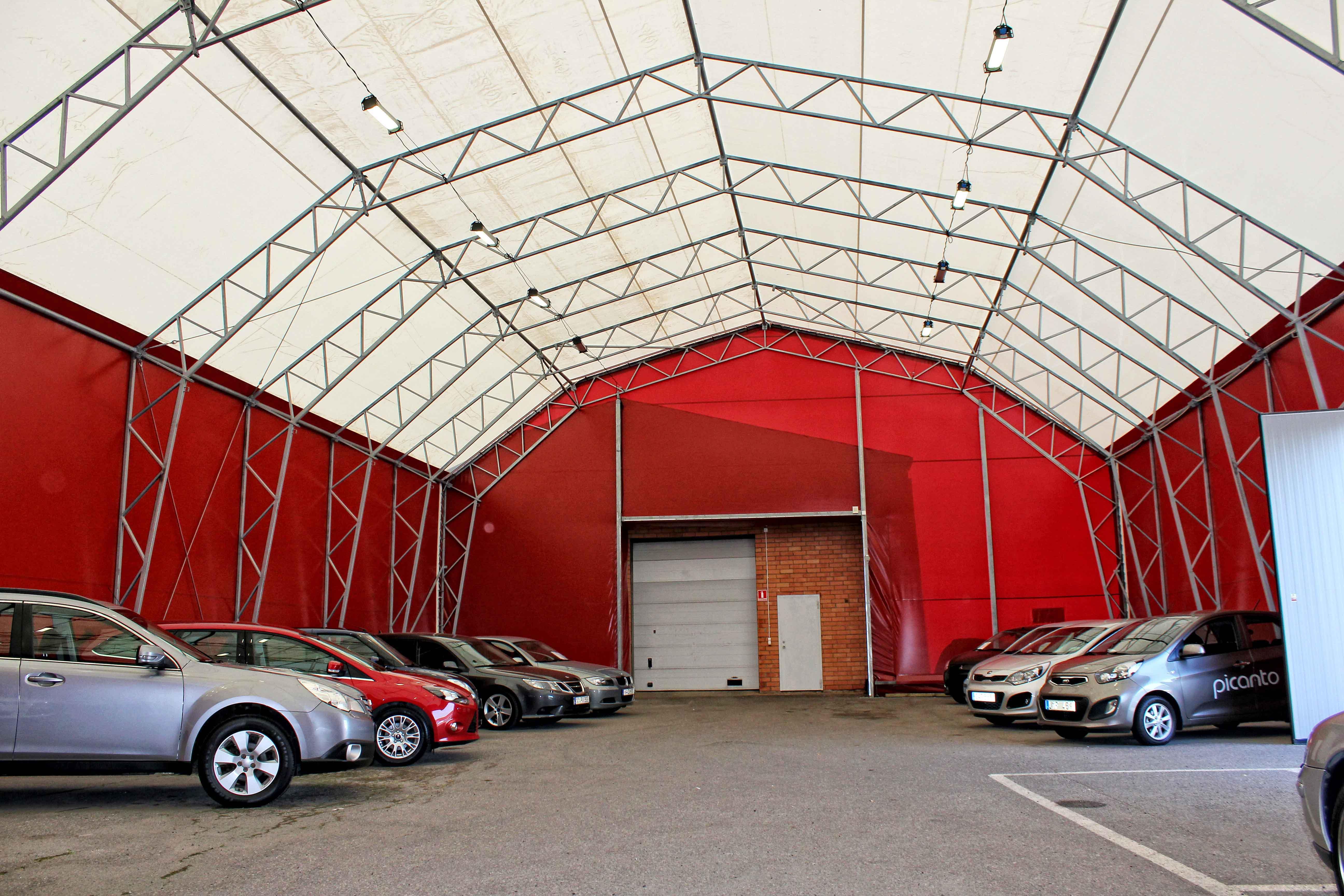 Vy inifrån bilhallen på porten in till befintlig byggnad