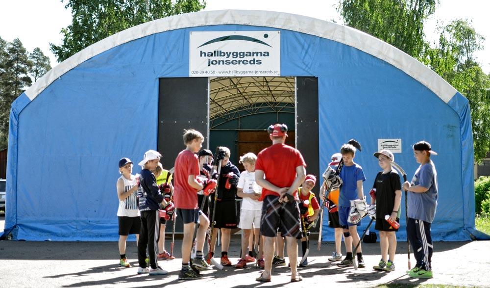 Samling framför tekniktältet på Furudals Hockeyskola