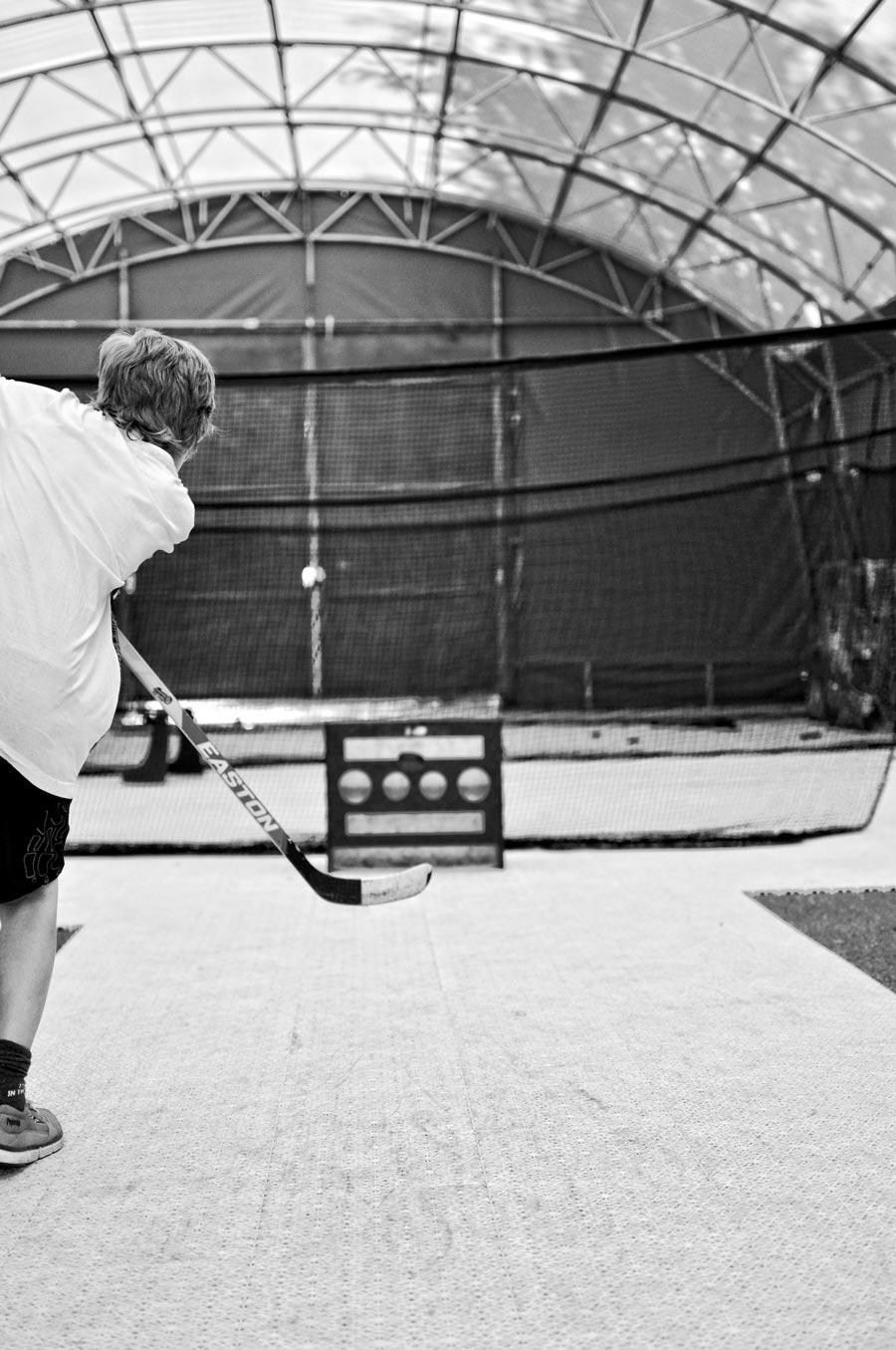 Skottprecision på Furudals Hockeyskola i vår tälthall