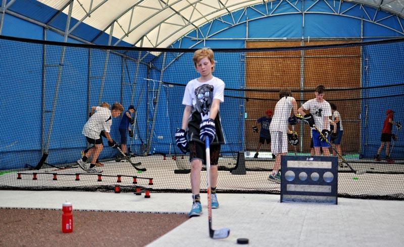 Full aktivitet i tälthallen på Furudals Hockeyskola