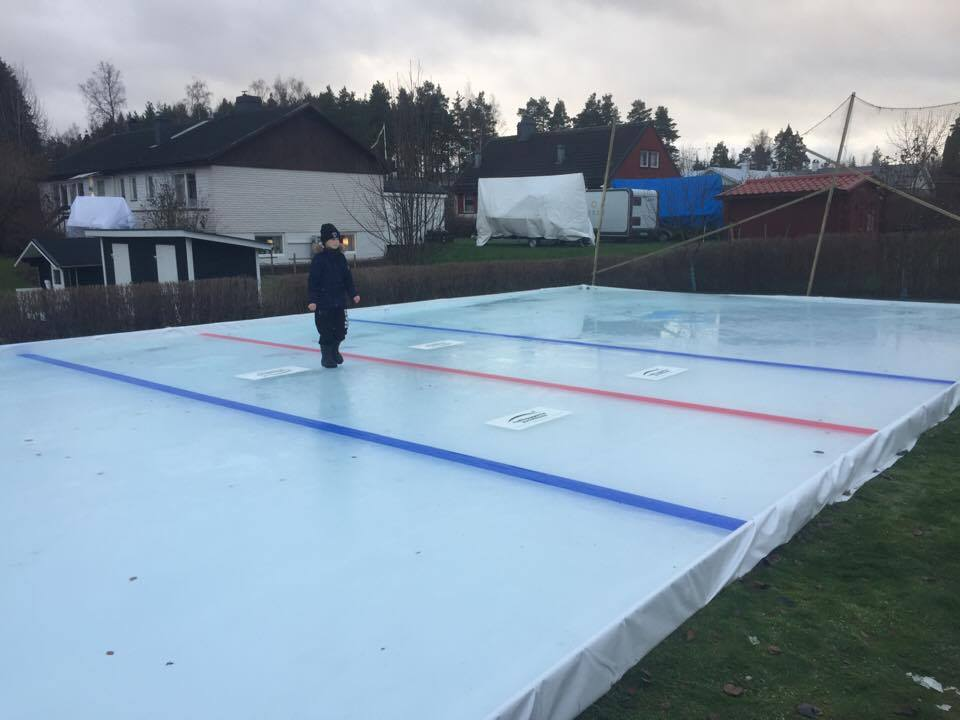 Hemmagjord hockeyrink på baksidan.