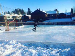 Isbanan / hockeyrinken nyttjas hemma utomhus i solskenet