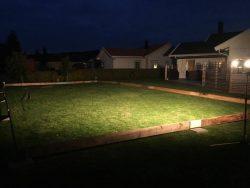 Träsarg snickrad för ishockeyrinken hemma