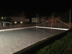 Träsarg monterad för isplanen hemma innan isen ska spolas.