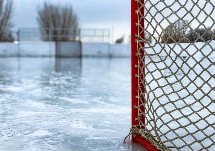 Ishockeyrink med ett hockeymål. Bilden är till en guide för hur man bygger sin egen ishockeyrink
