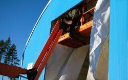 Bygghall i blå färg med lift