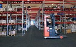 Hyllor i industrihall