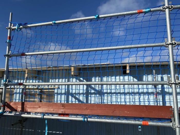 Ställningsnät för skydd mot fall till byggnadsställningar. Även kallat skyddsräckesnät eller skyddsnät.