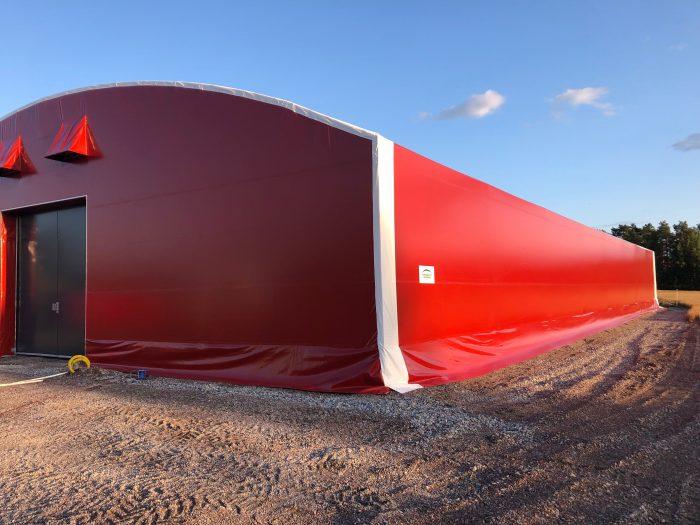 Rymligt ridtält i röd färg