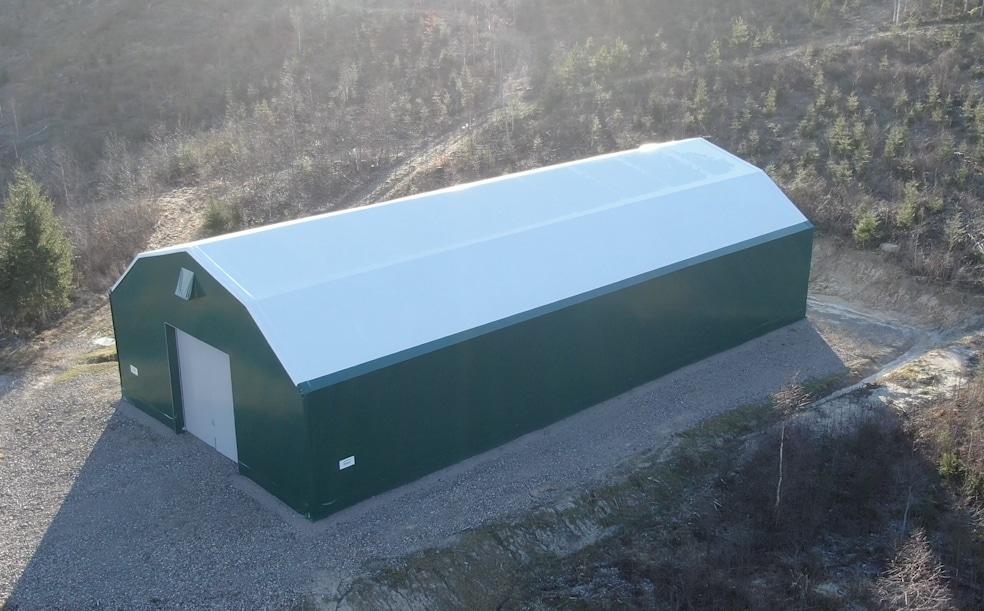 Maskinhall i grön färg utanför Hedemora till förvaring av lantbruksmaskiner