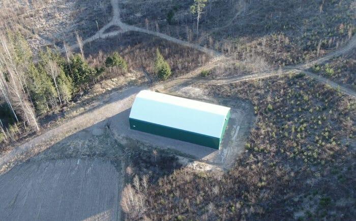 En grön hall till förvaring av jordbruksmaskiner