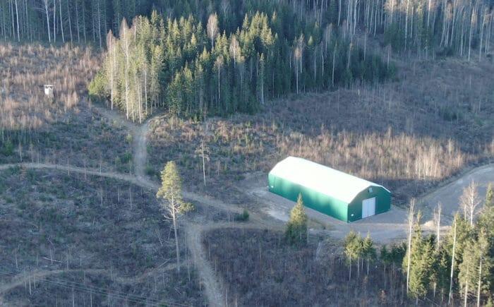 Grön maskinhall till förvaring av lantbruksmaskiner