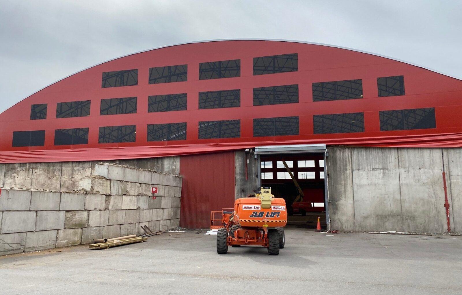 En ny röd tältduk på Söderenergis hall i Södertälje