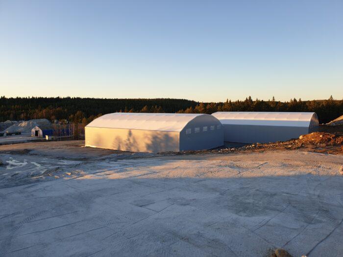 Dubbla hallar i grå färg och vita tak hos SMA Mineral som ska användas som kalkstenslager