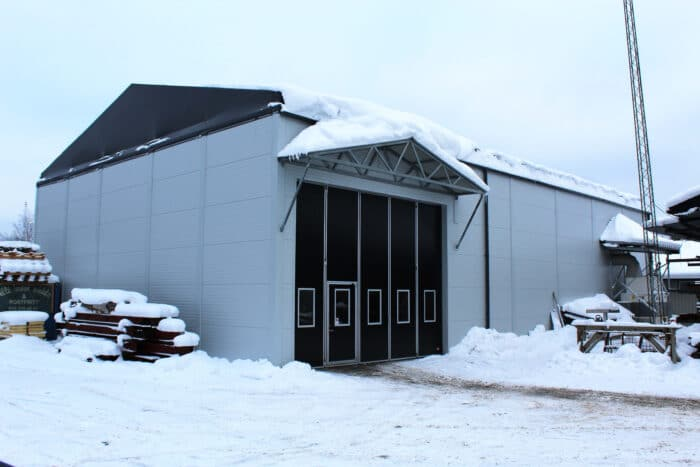 Hybridhall med sandwichpanel sett utifrån under vinter