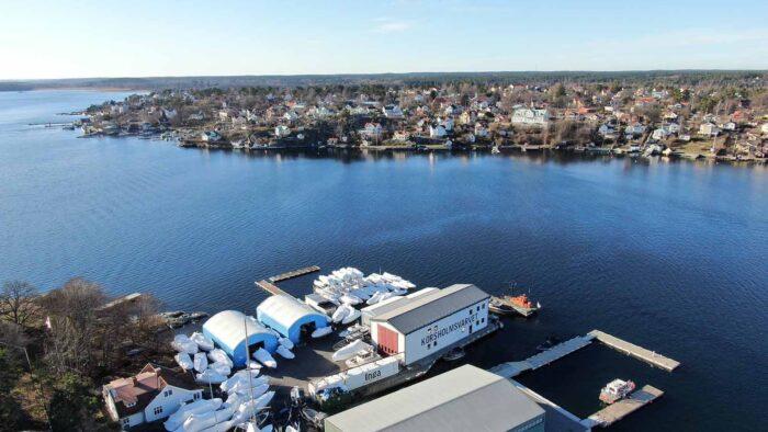 Hallar till båtförvaring på Dalarö med utsikt över fjärden en solig dag