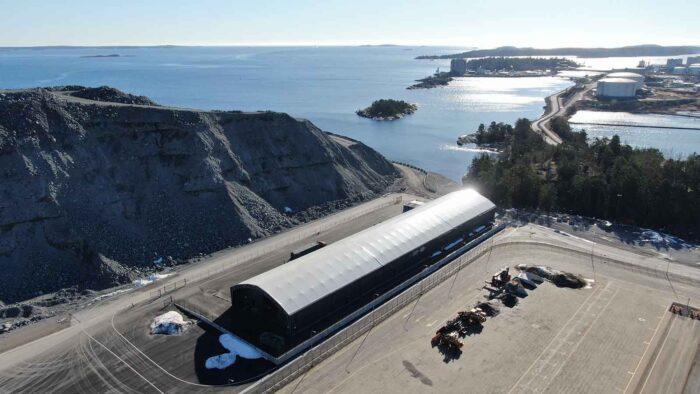 Solen skiner över Euroglobe Shippings nya hamnterminal - Hall levererad från Hallbyggarna Jonsereds