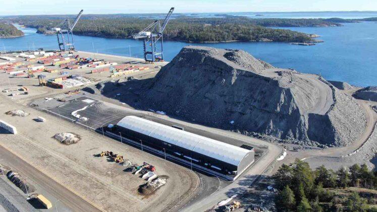 Hall i Nynäshamns nya hamn. Euroglobe Shippings hamnterminal i soligt väder